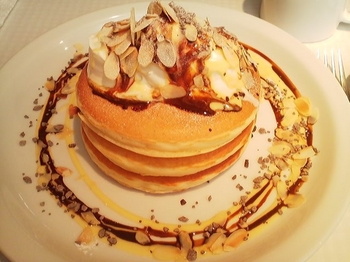 モトヤパンケーキ リストランテ_チーズクリーム&カフェオレソースのパンケーキ